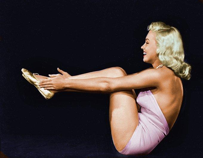 Marilyn-Monroe-Boat-pose-Navasana